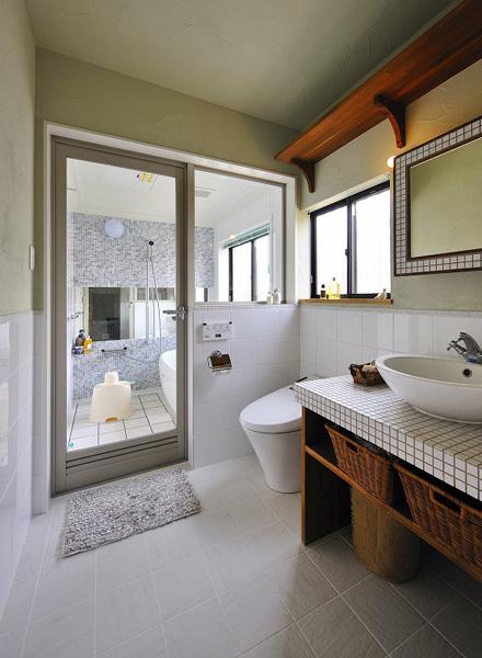 白がさわやかな洗面室と浴室
