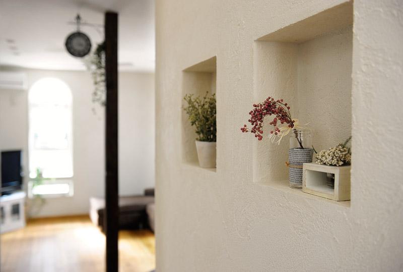 キッチン外側の壁にはニッチを造作