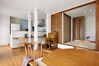 かまぼこ型テーブルを囲む快適空間