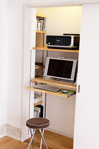 PCスペースの棚は可動式に