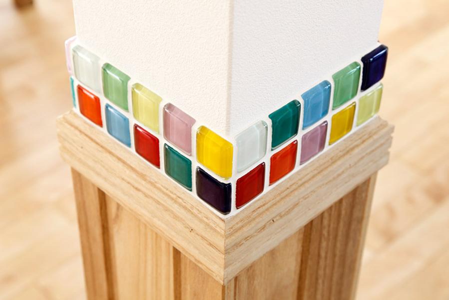 柱にはカラフルな色のタイルを