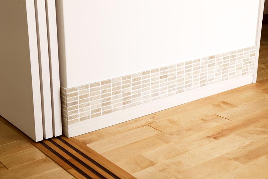 壁面の下部にタイルを巻き、壁面のこすれを防止