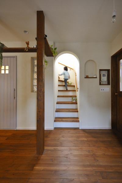 2階へと上がる階段の開口はまるいアーチ状に