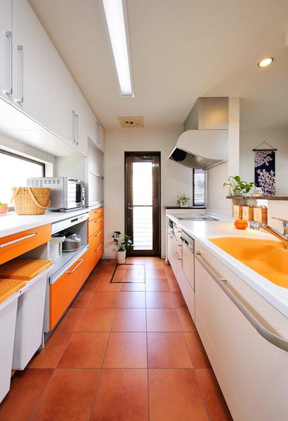 白をベースに、ビタミンカラーのオレンジが鮮やかなキッチン