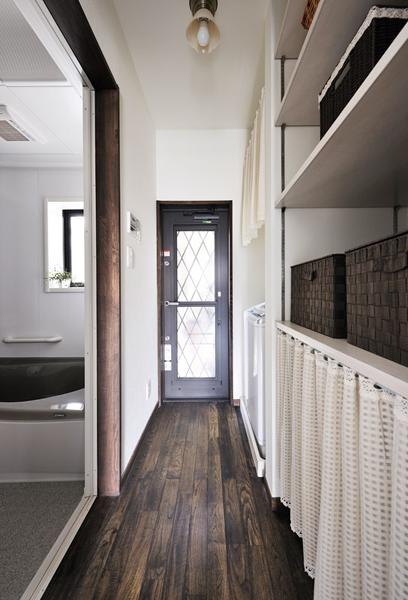 浴室前の廊下には大容量の収納を造作
