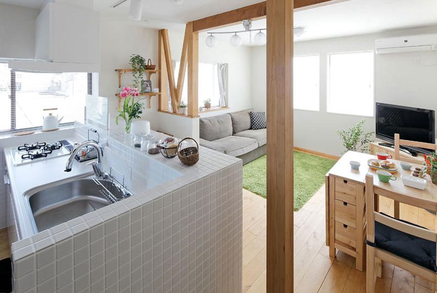 4面採光で光あふれるオープンキッチン