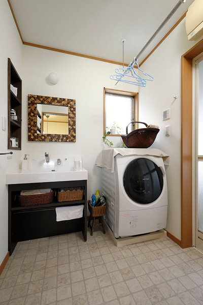洗面室には洗濯物の室内干しが可能な設備も。