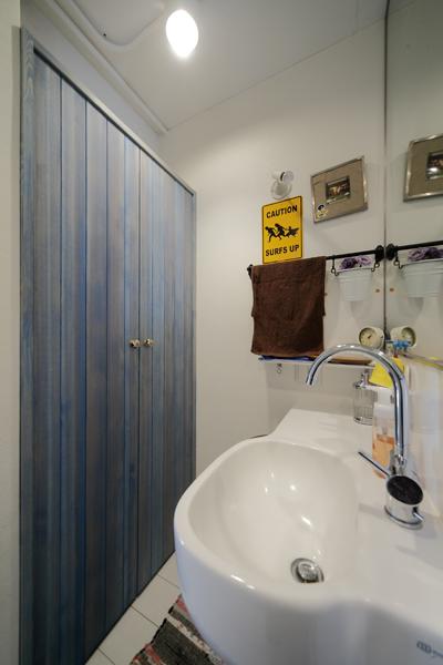 アンティークな洗面室の扉