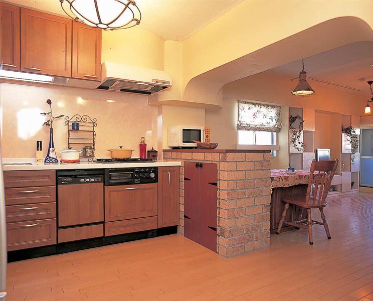 キッチンにレンガ風タイル張りのカウンターを造作した様子