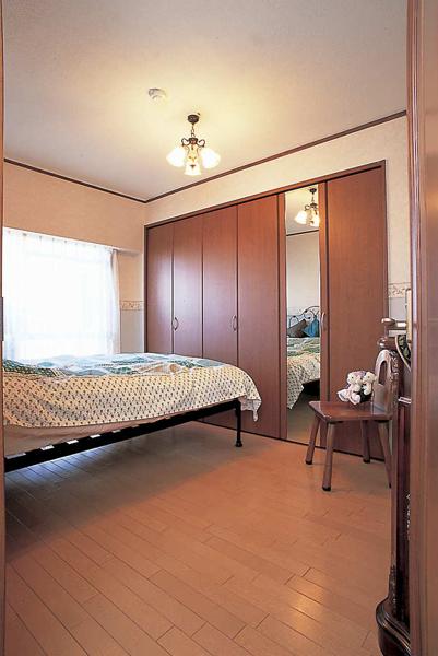 大容量クロゼットのある寝室の様子