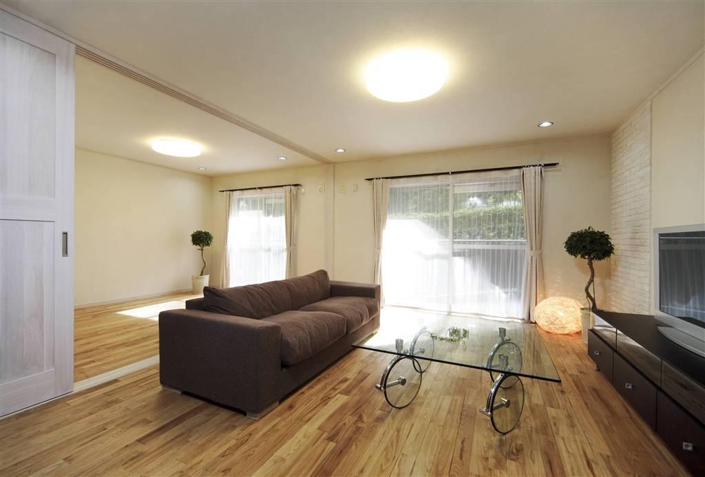 自然な調湿性や断熱性を高める素材を採用し、高いデザイン性も魅力(マンション)
