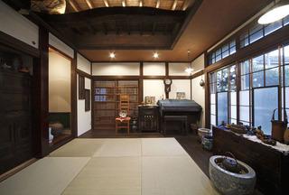 古材の梁が主張する大正モダン風デザインの和室(一戸建て)